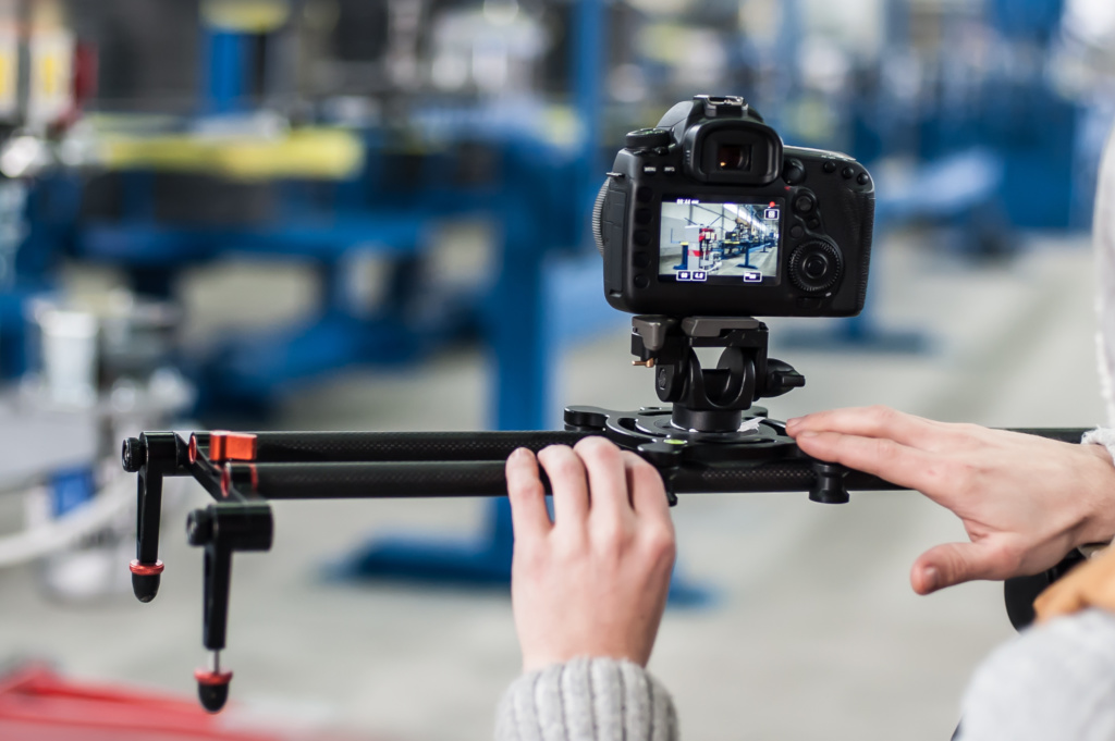 telecamera su slider durante le riprese di un video aziendale