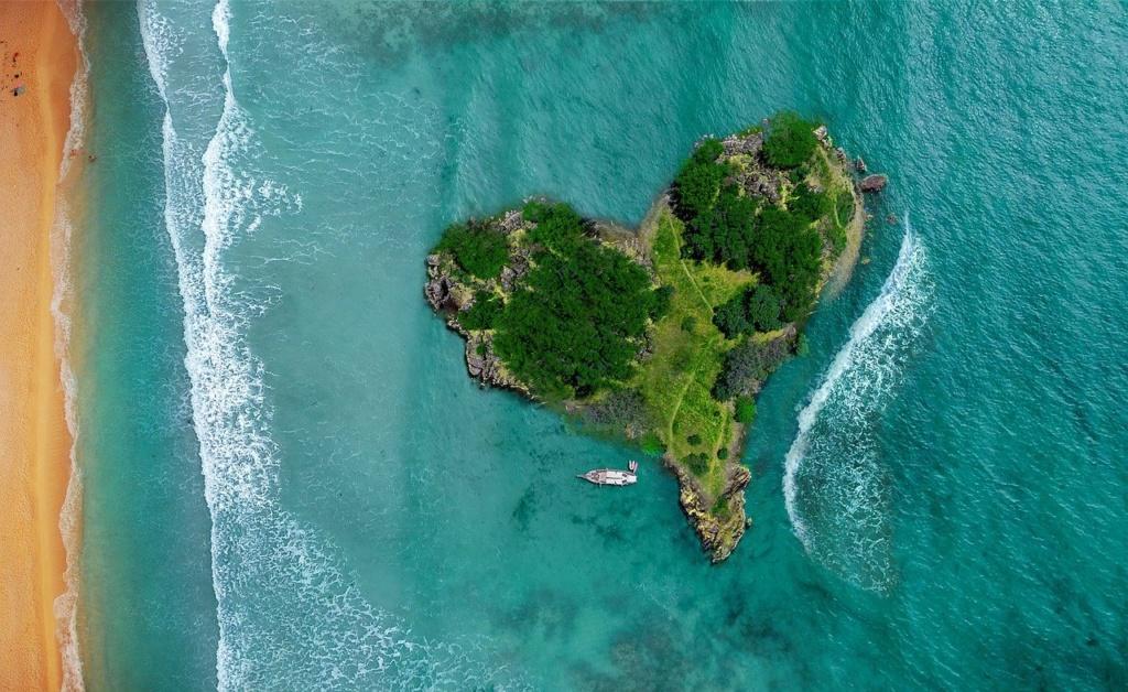 isola a forma di cuore ripresa da un drone, un simbolo del video turismo e pubblicità turistica