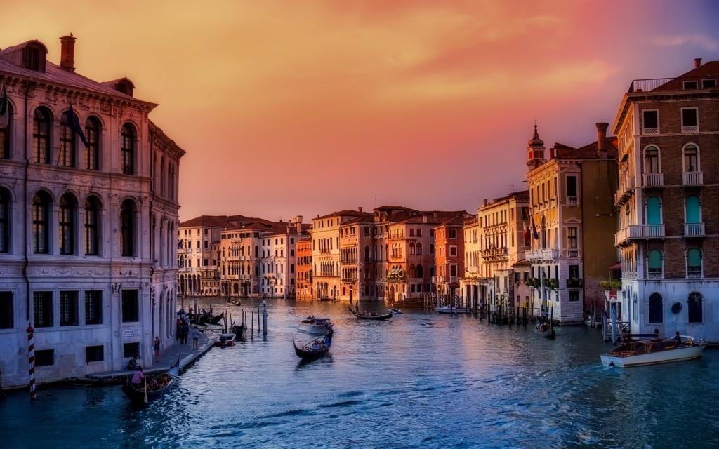 Fotografia al tramonto di un canale di Venezia tratta da un video turismo e pubblicità turistica.